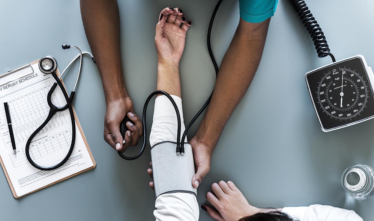 Qual é a relação entre pressão alta e colesterol?